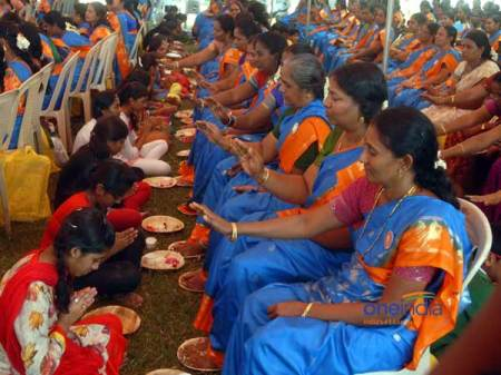 Students-perform-pada-pooja-to-parents-HSSF 2016